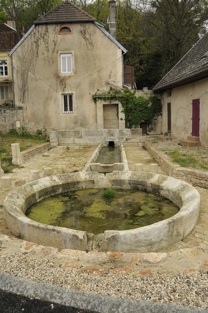 bassin en pierre ou en bois servant d'abreuvoir